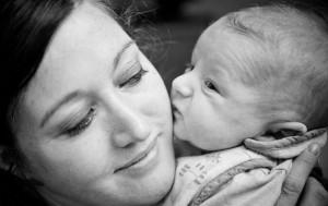 bébé fait un bisou